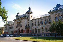 Центральний фасад Полтавського краєзнавчого музею