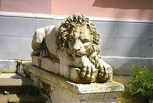 Лев в Натальївську парку (вхід в флігель)