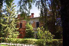 Центральний фасад господарського корпусу палацу в Рокитному