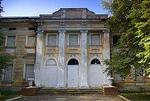 Колонный портик центрального входа дворца Шидловских