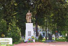 Центральная фигура памятника павшим во Второй мировой войне в Ольшанах