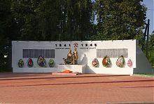 Стена памяти павшим при освобождении Ольшан в 1943 году