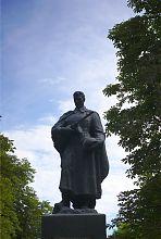 Фігура воїна пам'ятника полеглим у Другій світовій війні в Гиївці (Люботин)