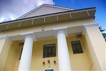 Колонный портик центрального входа чугуевской Городской Думы