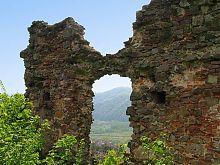 Руины внутренних крепостных стен Хустского замка