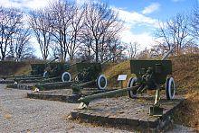 Артилерійські знаряддя (експонати) на алеї Меморіального комплексу Слави в Ізюмі