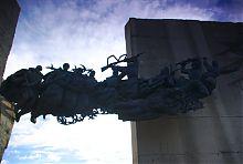 Скульптурная группа изюмского памятника Славы