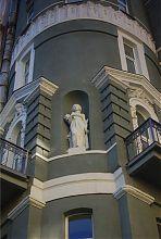 Одна из статуй на фасаде доходного дома М.К. Уткина в Харькове