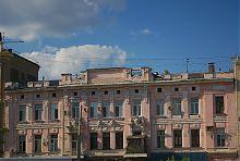 """Центральний фасад колишньої контори фірми """"Адольф Дарре"""" в Харкові"""