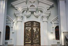Чеканные центральные врата Мироносицкой церкви в Харькове