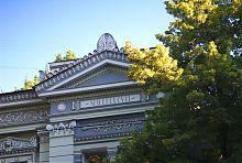 Фронтон ризалита бекетовской резиденции на Мироносицкой