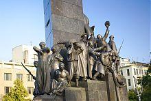 Скульптурные композиции у подножия харьковского памятника Шевченко