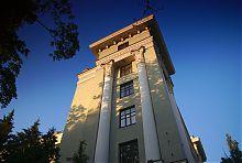 Стилизованные под башни угловые пристройки центрального корпуса медицинского университета