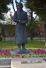 Пам'ятник Григорію Сковороді в Харкові поряд з колишнім колегіумом
