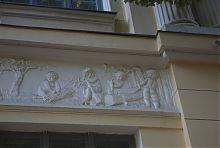 Барельеф в древнегреческом стиле на фасаде Бекетовской усадьбы Игнатищева