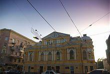 Центральний фасад академічного драматичного театру ім. Шевченко в Харкові