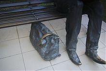 Саквояж біля ніг харківського пам'ятника студенту-програмісту