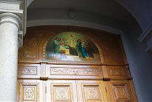 Двері адміністративного корпусу харківського Покровського монастиря