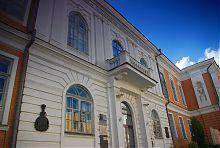 Головний вхід старого корпусу університету в Харкові