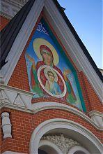 Богородиця на фронтоні Трьохсвятительській церкви