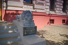 Лев біля центрального входу будівлі Земельного банку в Харкові
