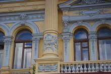 Каннелированной колона центрального фасаду університету мистецтв