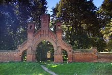 Центральные врата и часовня католического кладбища в Олыке