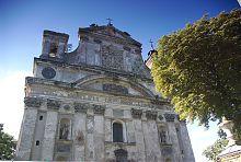 Центральний фасад колегіального Троїцького костелу в Олиці