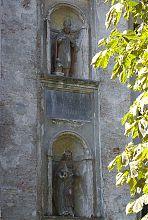 Фігури святих на центральному фасаді Троїцького костелу в Олиці