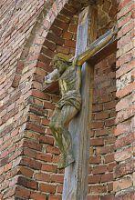 Распятие в нише центрального фасада Троицкого костела