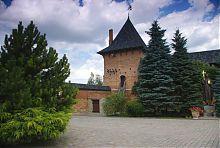 Північно-східна вежа оборонного Успенського монастиря в Зимньому