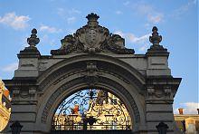 Герб Потоцких на парадных вратах их львовского имения