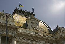 Герб Львова образца 1990 года (центральный фасад Национального музея)