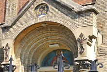 Тимпан архивольта портала центрального входа храма Сердца Христова