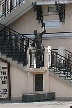 Пам'ятник Уточкіну на сходах будинку Фелікса де Рибаса в Одесі