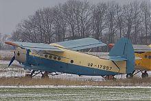 Самолет Ан-2 на летном поле аэропорта в Валерьяновке