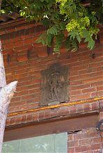Горельеф рыцаря на фасаде конторы Натана Рябинкина в Мариуполе