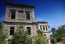 Західний ризаліт маріупольського будинку з грифонами