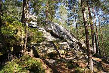 Скелі Довбуша на однойменній стежці в Яремче