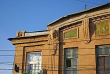 Західний маскарон на фасаді аукціонного залу Рябінкина в Маріуполі