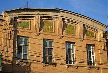 Декоративний фронтон з маскаронами по Георгіївській 11 в Маріуполі