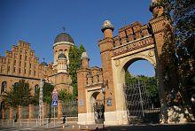 Главные врата резиденции Буковинских митрополитов в Черновцах