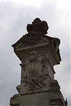 Пілон східної брами з гербом Потоцьких