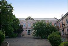Внутрішній двір колегіуму-школи №1 в Маріуполі