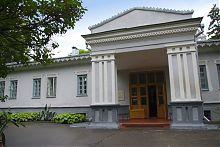Парадний вхід вінницького будинку Пирогова