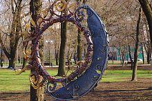 Кольцо на главной аллее донецкого Парка кованых фигур