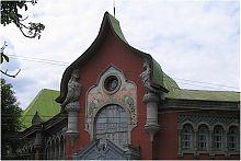 Фронтон центрального входу банківського будівлі Соборності в Полтаві