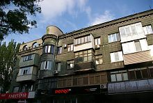 Западный фасад азовстальского дома с гастрономом по Мира 22