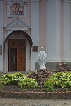 Скульптура святої Діви Марії перед ізяславський костелом