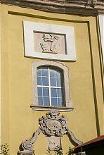 Різьблені барокові елементи центрального фасаду Жванецького костелу